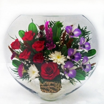 красные розы и сиреневые орхидеи в крупной вазе ELM-13