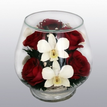 Композиция из алых роз и светлых орхидей LSM1